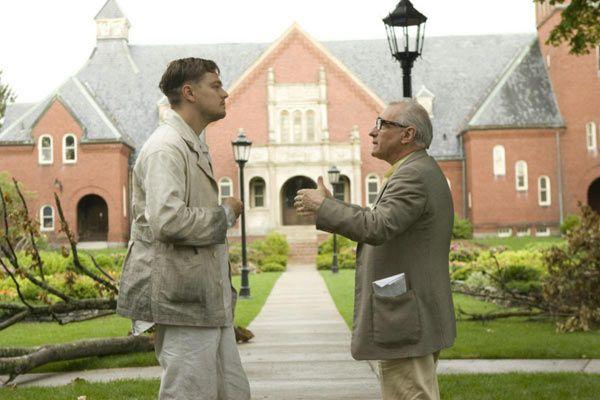 Leonardo Dicaprio & Martin Scorsese sur le tournage de Shutter Island. Scorsese dirige Dicaprio devant l'un des batiments de l'hôpital psychiatrique du film.