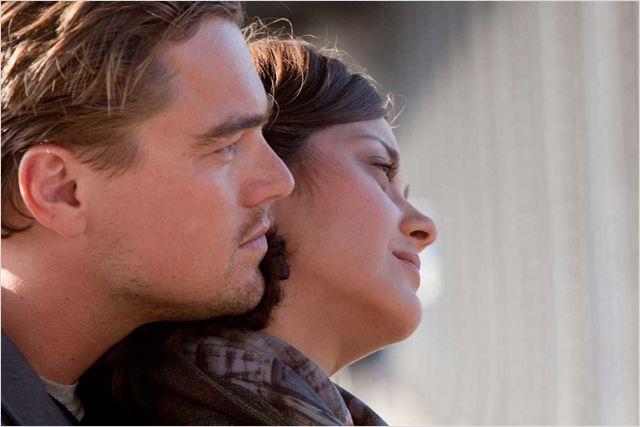 Photo de Leonardo DiCaprio et Marion Cotillard s'étreignant et observant un paysage dans le film Inception de Christopher Nolan.