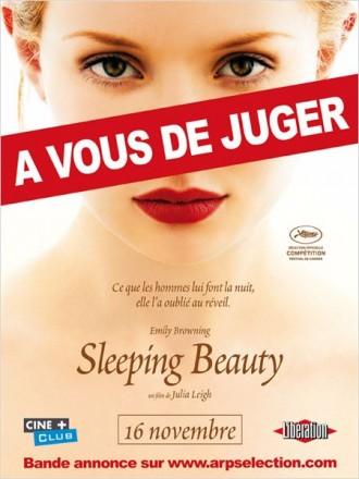 """Affiche du film Sleeping Beauty de Julia Leigh. Nous y voyons le visage d'Emily Browning de face. Elle fixe l'objectif et semble nue. Une étiquette """"A vous de juger"""" traverse l'affiche, comme pour signifier l'aspect sulfureux du film."""