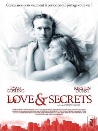 Affiche du film Love & Secrets sur laquelle Ryan Gosling et Kirstent Dunst sont allongés dans un lit. Gosling vers l'objectif. Des immeubles new-yorkais de couleur rouge sont visibles en bas de l'affiche.