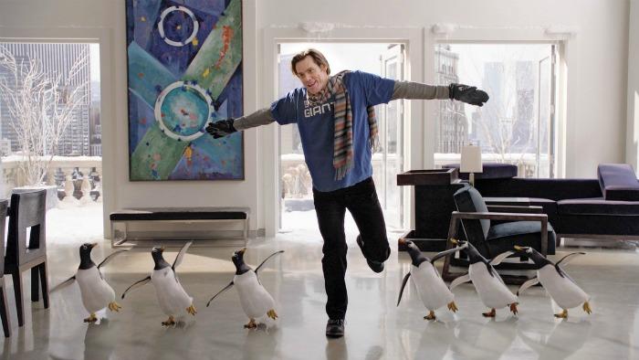 Photographie tirée du film M Popper et ses pingouins. Nous y voyons Jim  Carrey danser avec des pingouins dans un appartement où la température est très basse.