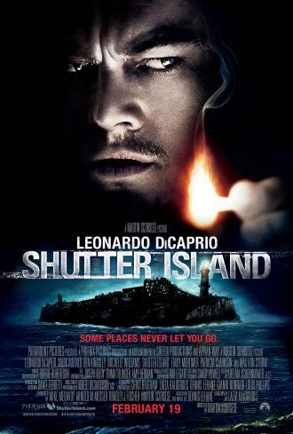 Poster du film Shutter Island réalisé par Martin Scorsese. Le visage de Leonardo DiCaprio est en haut de l'affiche et il tient une allumette dans la main avec un regard méfiant. En dessous du logo titre, nous voyons une photo de l'île où se trouve l'hôpital psychiatrique.