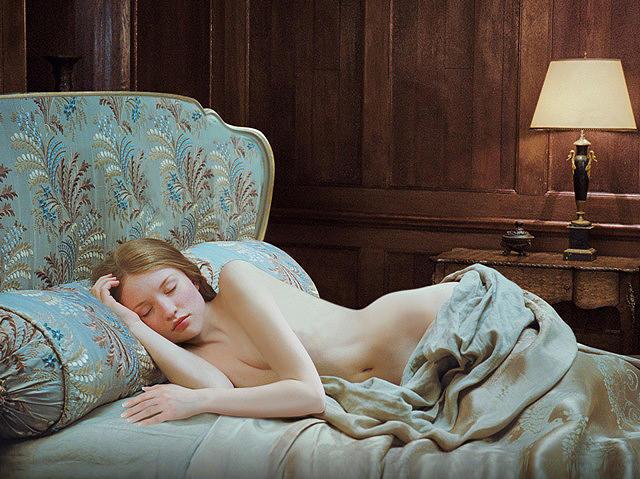 Photographie du film Sleeping Beauty réalisé par Julia Leigh. Nous y voyons l'héroïne incarnée par Emily Browning étendue sur un divan très élégant, recouverte partiellement d'un drap.