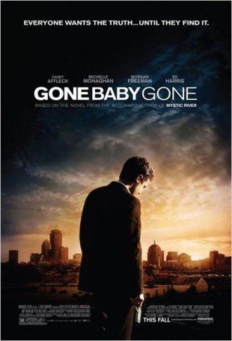 Affiche de Gone Baby Gone sur laquelle Casey Affleck est eu premier plan, de dos et regardant vers le sol, une arme à la main. La ville de Boston sous un coucher de soleil est visible au second plan.