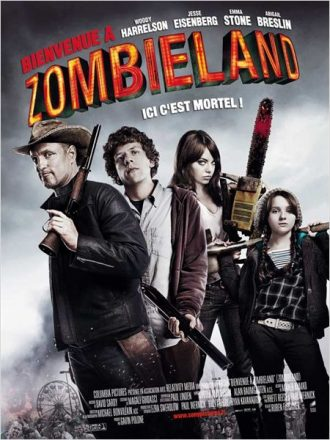 Affiche de Bienvenue à Zombieland sur laquelle nous découvrons les quatre personnages principaux poser avec des armes face à l'objectif.