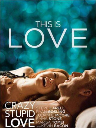 Affiche de Crzay Stupid Love sur laquelle Emma Stone et Ryan Gosling sont allongés et rient ensemble.