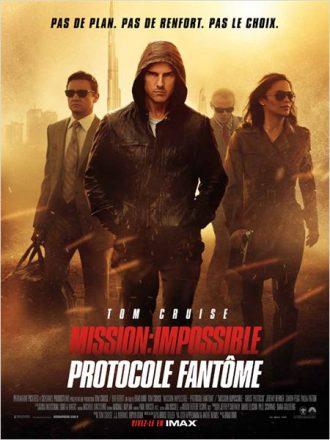 Affiche de Mission : Impossible 4 - Protocole Fantôme de Brad Bird sur laquelle l'équipe d'espions menée par Tom Cruise avance dans une tempête de sable à Dubaï.