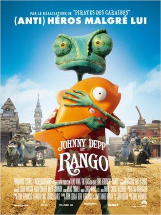 Affiche du film Rango sur laquelle le caméléon se tient devant une ville face à l'objectif et tient fermement dans ses bras un poisson en plastique.