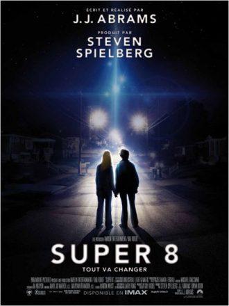 Affiche du film Super 8 de J.J. Abrams sur laquelle deux enfants se tiennent dans une rue devant un vaisseau spatial.