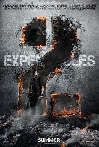 Affiche de The Expendables 2 sur laquelle Sylvester Stallone se tient devbout devant un mur en ruines qui prend la forme d'un 2.