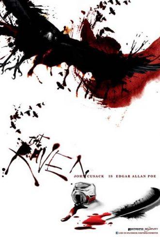 Affiche teaser de The Raven sur laquelle nous découvrons un encrier qui contient du sang et une plume. Des traces de sang et d'encre sont visibles sur l'affiche qui a un fond blanc.