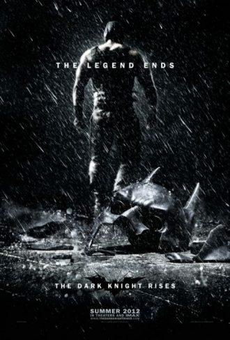 Affiche de The Dark Knight Rises de Christopher Nolan sur laquelle nous voyons Bane marcher de dos sous la pluie. Le masque de Batman est au sol et brisé.