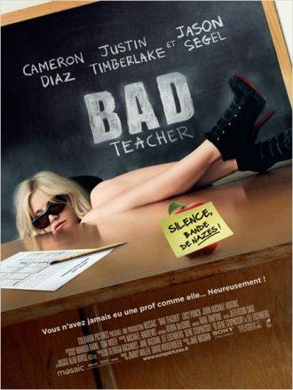 Affiche de Bad Teacher sur laquelle Cameron Diaz est affalée derrière un bureau de professeur.