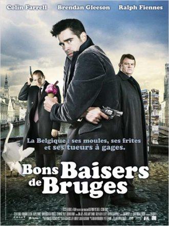 Affiche de Bons Baisers de Bruges sur laquelle Colin Farrell, Brendan Gleeson et Ralph Fiennes posent face à l'objectif dans une rue de Bruges.