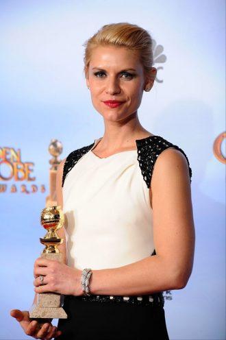 Photo de Claire Danes récompensée aux Golden Globes en 2012.