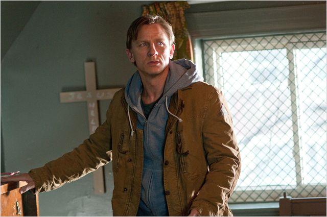 Photo de Daniel Craig dans une chambre dans laquelle est accrochée une croix dans le film Dream House de Jim Sheridan.