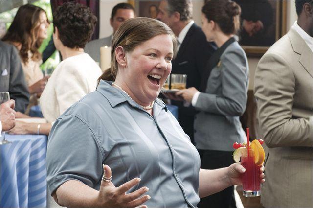 Photo de Melissa McCarthy dans le film Mes meilleures amies de Paul Feig sur laquelle l'actrice semble exprimer de la joie lors d'un cocktail.