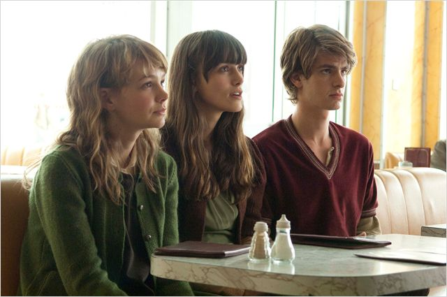 Photo de Carey Mulligan, Keira Knightley et Andrew Garfield attablés dans un restaurant dans le film Never Let Me Go réalisé par Mark Romanek.