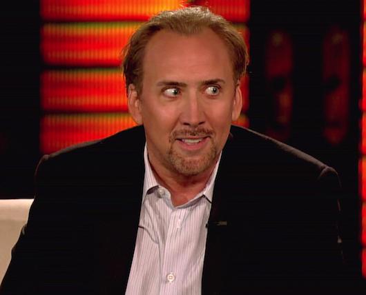 Photo de Nicolas Cage effrayant sur un plateau de télévision.