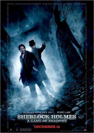 Affiche du film Sherlock Holmes - Jeu d'ombres de Guy Ritchie sur laquelle la Tour Eiffel est visible dans la nuit. Robert Downey Jr. et Jude Law sont dans une rue pavée. Holmes sourit et Watson pointe son arme vers un personnage dont on voit l'ombre. Il s'agit de Moriarty.