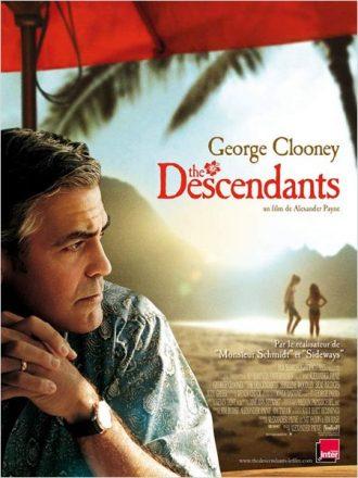 Affiche du film The Descendants d'Alexander Payne sur laquelle George Clooney est sur une plage hawaïenne, pensif. Ses deux filles sont sur la plage au loin.