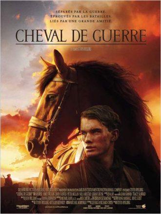 Affiche du film Cheval de Guerre de Steven Spielberg sur laquelle nous découvrons le soldat interprété par Jeremy Irvine marcher sur un champ de bataille avec un cheval.