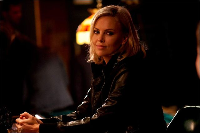 Photo de Charlize Theron assise à la table d'un bar dans le film Young Adult de Jason Reitman.