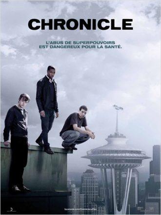 Affiche de Chronicle de Josh Trank sur laquelle nous découvrons les trois jeunes super-héros au dessus du vide. Une voiture est plantée sur le haut d'un building.