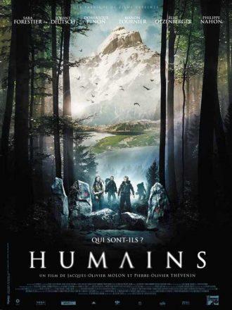 Affiche d'Humains sur laquelle la bande d'acteurs marche dans la forêt en pleine montagne.