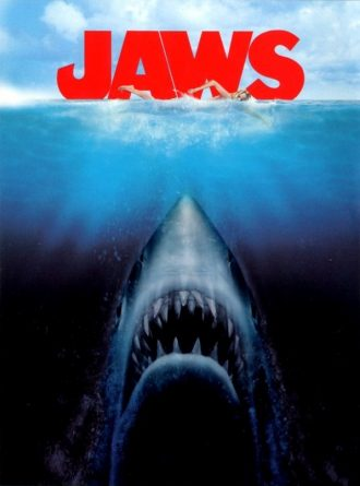 Affiche des Dents de la mer de Steven Spielberg sur laquelle le requin remonte à la surface alors qu'une femme nage.