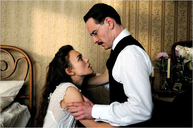 Photo de Keira Knightley et Michael Fassbender s'étreignant dans une chambre dans le film A Dangerous Method de David Cronenberg.