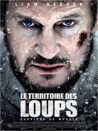 Affiche du film Le Territoire des Loups de Joe Carnahan sur laquelle Liam Neeson est face à l'objectif, ensanglanté dans un paysage enneigé, prêt à combattre un loup. Il est pris en gros plan.