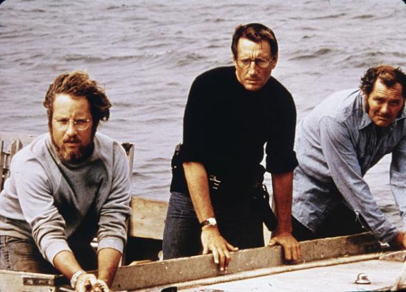 Photo de Richard Dreyfuss, Roy Scheider et Robert Shaw observant le requin depuis leur bateau dans le film Les dents de la mer de Steven Spielberg.