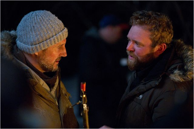 Photo de Liam Neeson et Joe Carnahan discutant sur le tournage du Territoire des Loups.