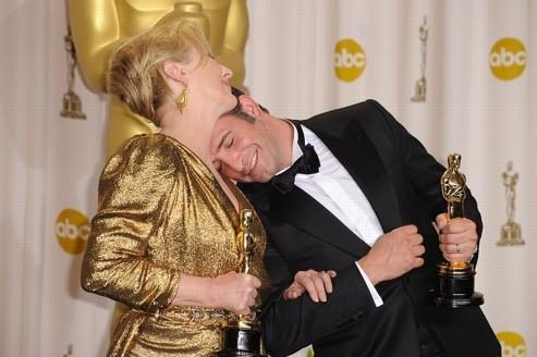 Photo de Jean Dujardin posant sa tête sur l'épaule de Meryl Streep à la 84ème cérémonie des Oscars où ils furent tous deux récompensés.