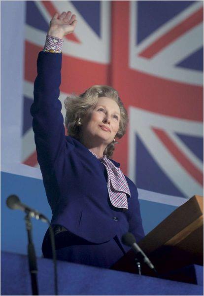 Photo de Meryl Streep dans le peau de Margaret Thatcher faisant un discours.