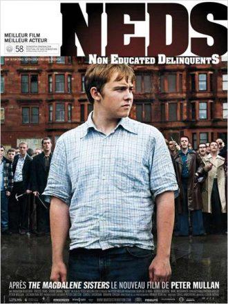 Affiche du film NEDS réalisé par Peter Mullan sur laquelle le héros se tient face à l'objectif. Derrière lui se tient sa bande prête à se battre.