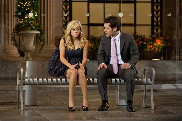 Photo de Reese Witherspoon et Paul Rudd ayant une discussion très sérieuse sur un banc dans le film Comment Savoir de James L. Brooks.