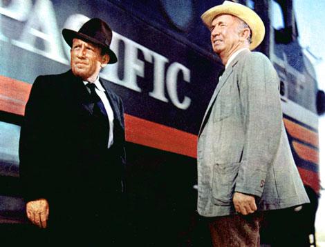 Photo de Spencer Tracy et Walter Brennan discutant à la gare dans le film Un homme est passé de John Sturges.