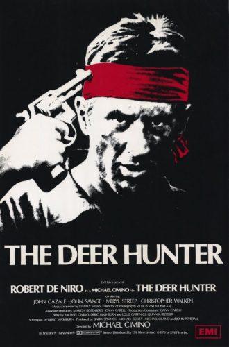 Affiche du film Voyage au bout de l'enfer de Michael Cimino sur laquelle Robert De Niro est face à l'objectif, porte un bandana rouge et porte un revolver à sa tempe.
