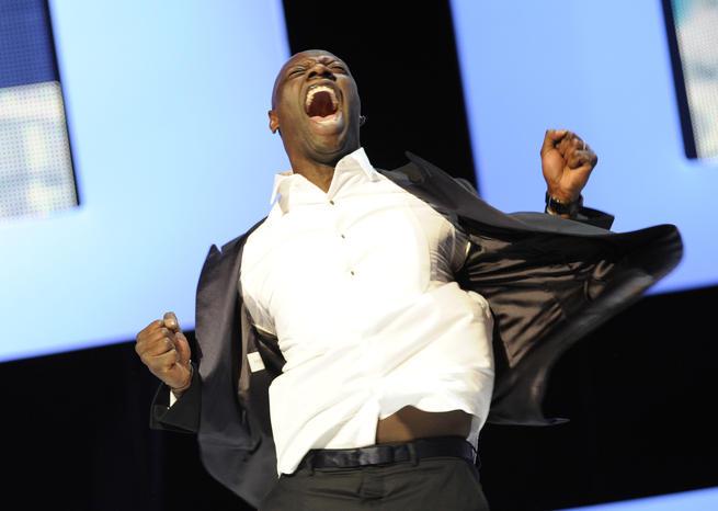 Photo d'Omar Sy criant de joie pour son César du meilleur acteur pour Intouchables en 2012.