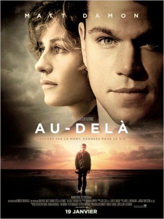 Affiche du film Au-delà de Clint Eastwood sur laquelle Matt Damon est face à l'objectif alors que Cécile de France est de profil. Un enfant marchant devant une plage est visible en bas de l'affiche.
