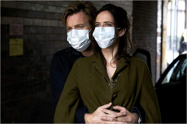 Photo d'Ewan McGregor et Eva Green s'étreignant avec un masque de protection dans le film Perfect Sense.