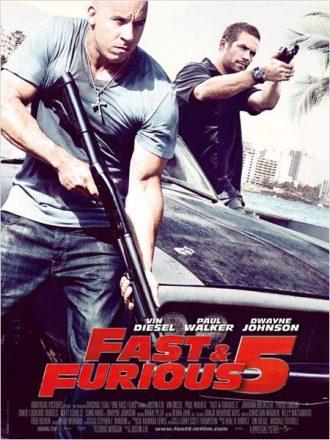 Affiche de Fast & Furious 5 de Justin Lin sur laquelle Vin Diesel et Paul Walker sortent d'une voiture armés et prêts à tirer.