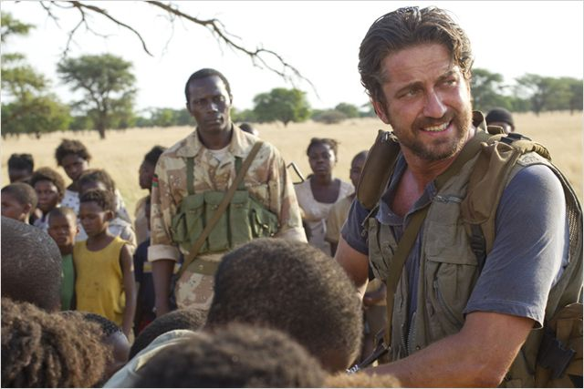 Photo de Gerard Butler s'occupant d'enfants dans le film Machine Gun Preacher.