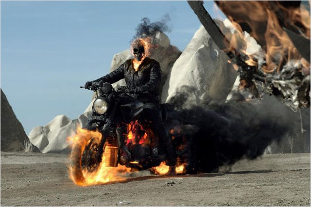 Photo du Ghost Rider chevauchant sa moto dans le film Ghost Rider : L'esprit de vengeance.