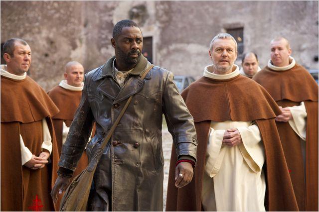 Photo d'Idris Elba accompagné de prêtres dans le film Ghost Rider : L'esprit de vengeance.