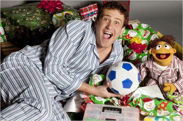 Photo de Jason Segel et le muppet Walter jouant en pyjama et souriant à l'objectif dans le film Les Muppets.