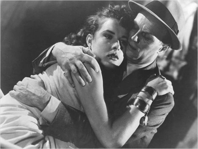Photo de Jean Peters et Richard Widmark s'étreignant dans le film Le port de la drogue de Samuel Fuller.