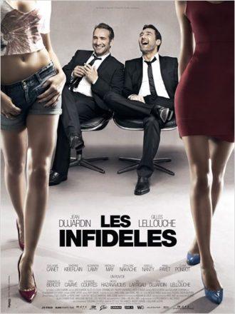 Affiche du film Les Infidèles sur laquelle Jean Dujardin et Gilles Lellouche rient en regardant des filles qui marchent.